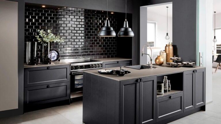 Cuisine & Pose Marseille Aix-en-Provence Cuisiniste Cuisine équipée sur-mesure réalisations cuisine foncée meubles noirs