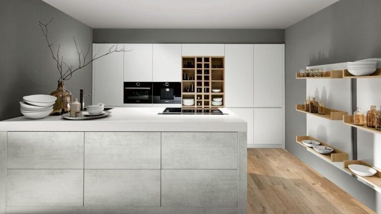 Cuisine & Pose Marseille Aix-en-Provence Cuisiniste Cuisine équipée sur-mesure réalisations ilot blanc meuble blanc étagère bois clair