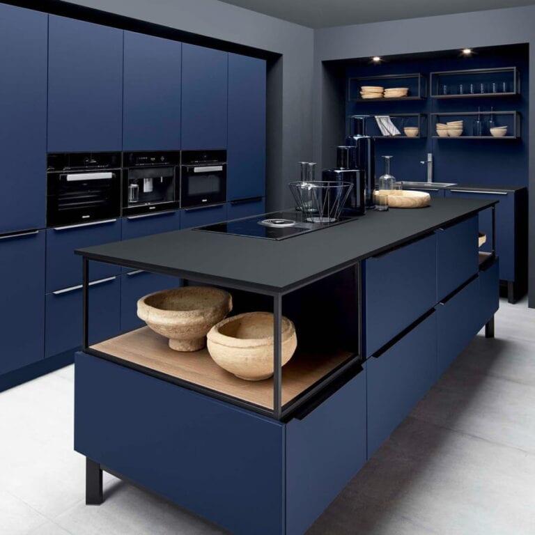 Cuisine & Pose Marseille Aix-en-Provence Cuisiniste Cuisine équipée sur-mesure réalisation cuisine foncée meubles bleus marine et noir