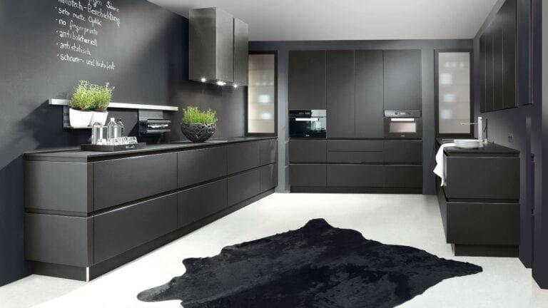 Cuisine & Pose Marseille Aix-en-Provence Cuisiniste Cuisine équipée sur-mesure réalisations cuisine foncée meubles noirs tapis sol
